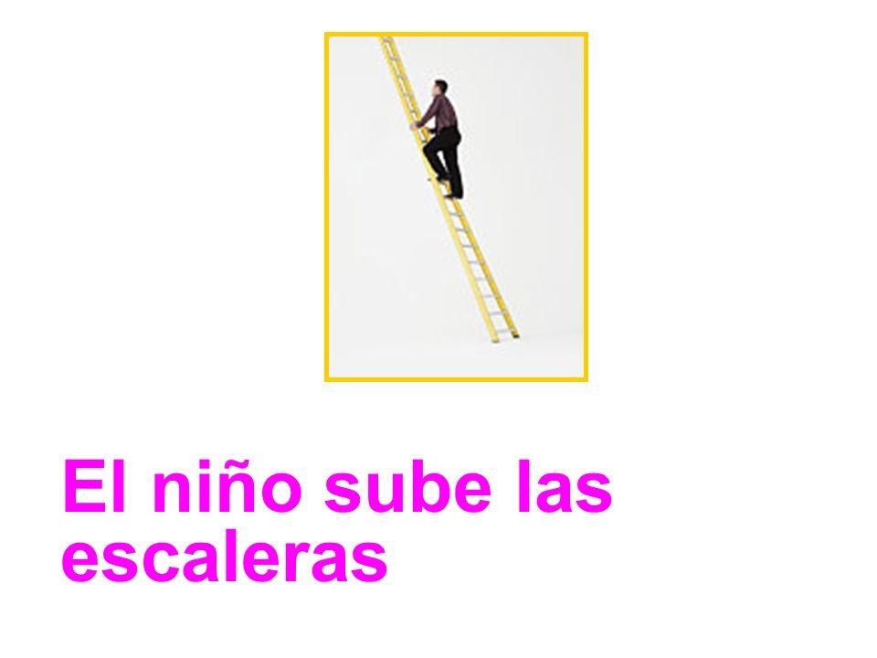 El niño sube las escaleras