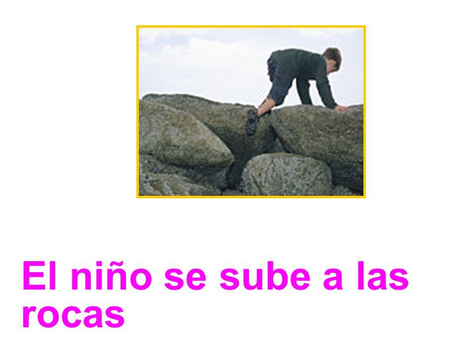 El niño se sube a las rocas