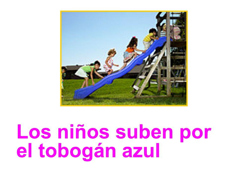 Los niños suben por el tobogán azul