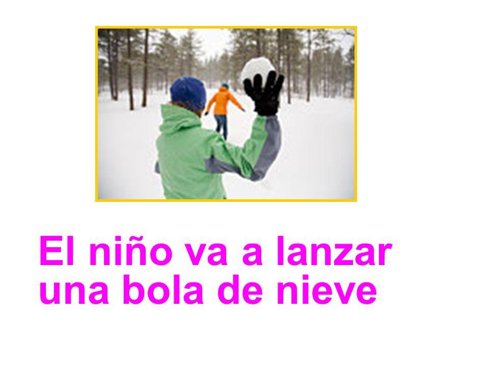 El niño va a lanzar una bola de nieve