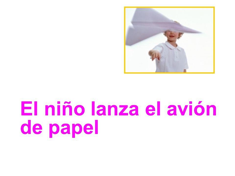 El niño lanza el avión de papel