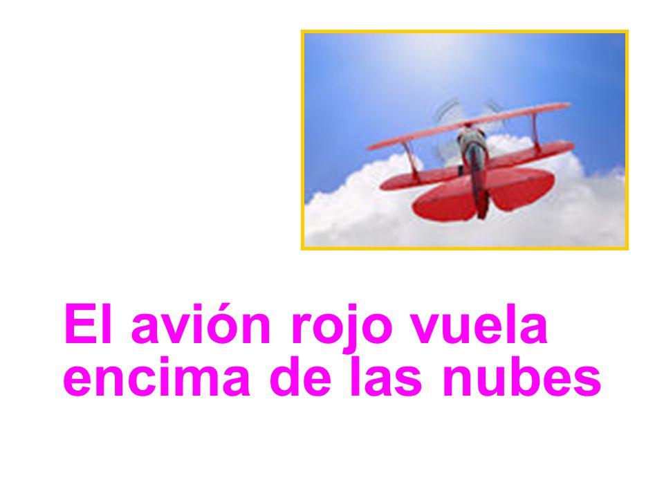 El avión rojo vuela encima de las nubes