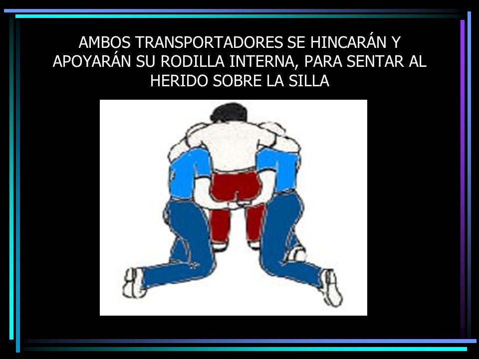 AMBOS TRANSPORTADORES SE HINCARÁN Y APOYARÁN SU RODILLA INTERNA, PARA SENTAR AL HERIDO SOBRE LA SILLA