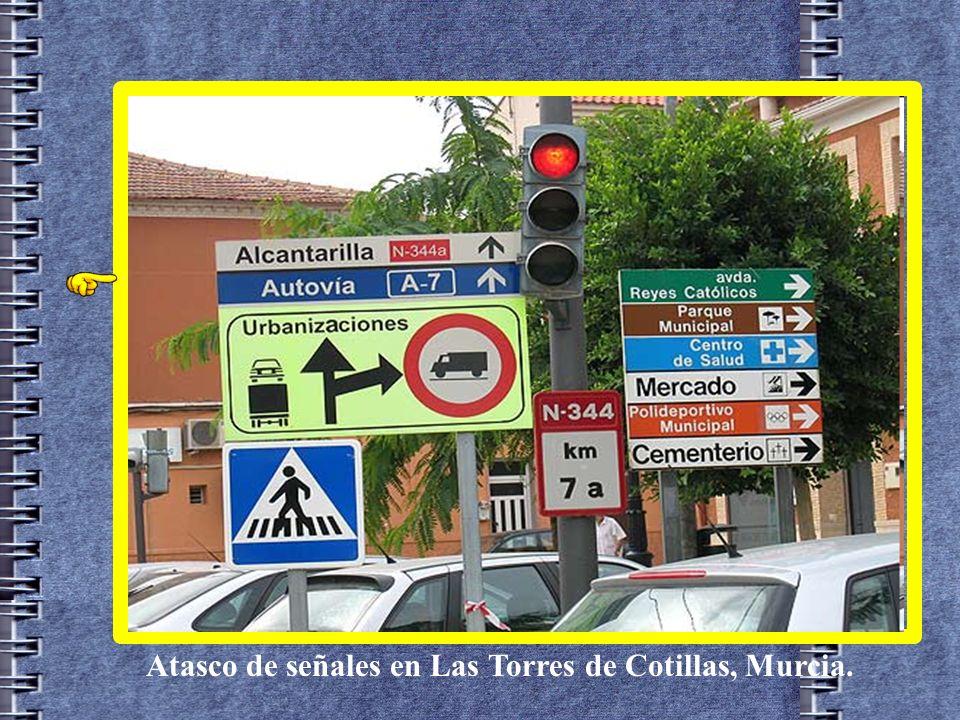 Atasco de señales en Las Torres de Cotillas, Murcia.