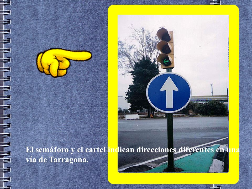 El semáforo y el cartel indican direcciones diferentes en una vía de Tarragona.