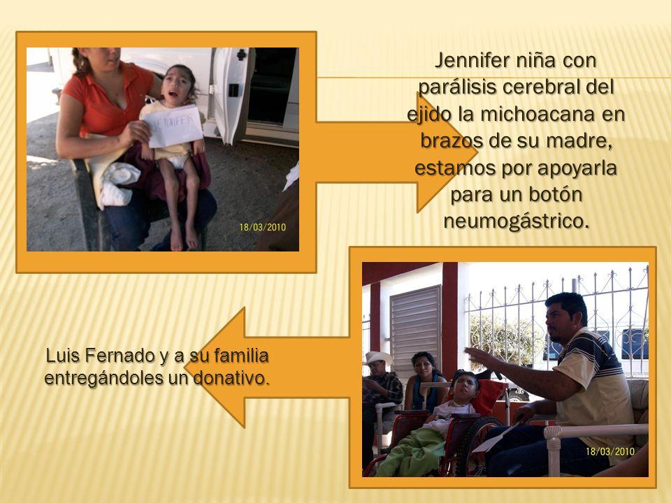 Luis Fernado y a su familia entregándoles un donativo.