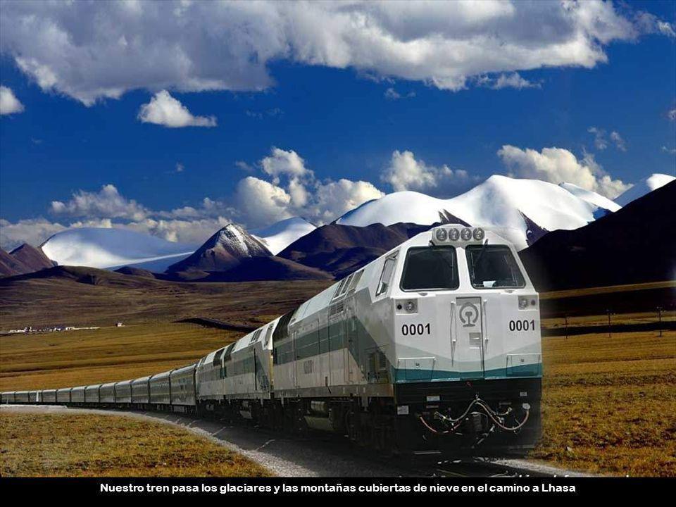 Nuestro tren pasa los glaciares y las montañas cubiertas de nieve en el camino a Lhasa
