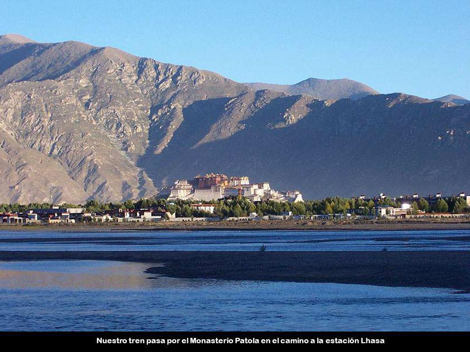 Nuestro tren pasa por el Monasterio Patola en el camino a la estación Lhasa