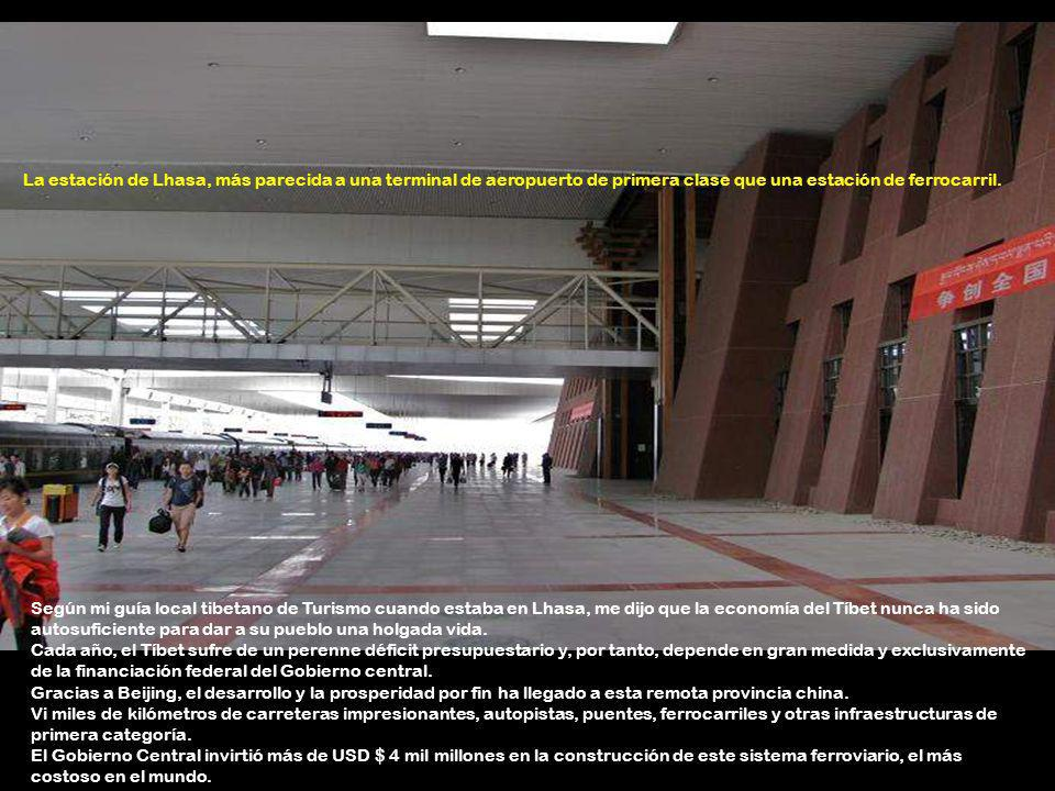 La estación de Lhasa, más parecida a una terminal de aeropuerto de primera clase que una estación de ferrocarril.