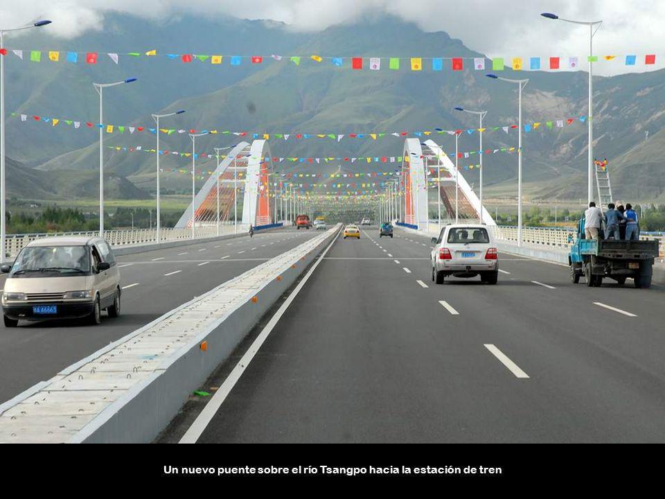 Un nuevo puente sobre el río Tsangpo hacia la estación de tren