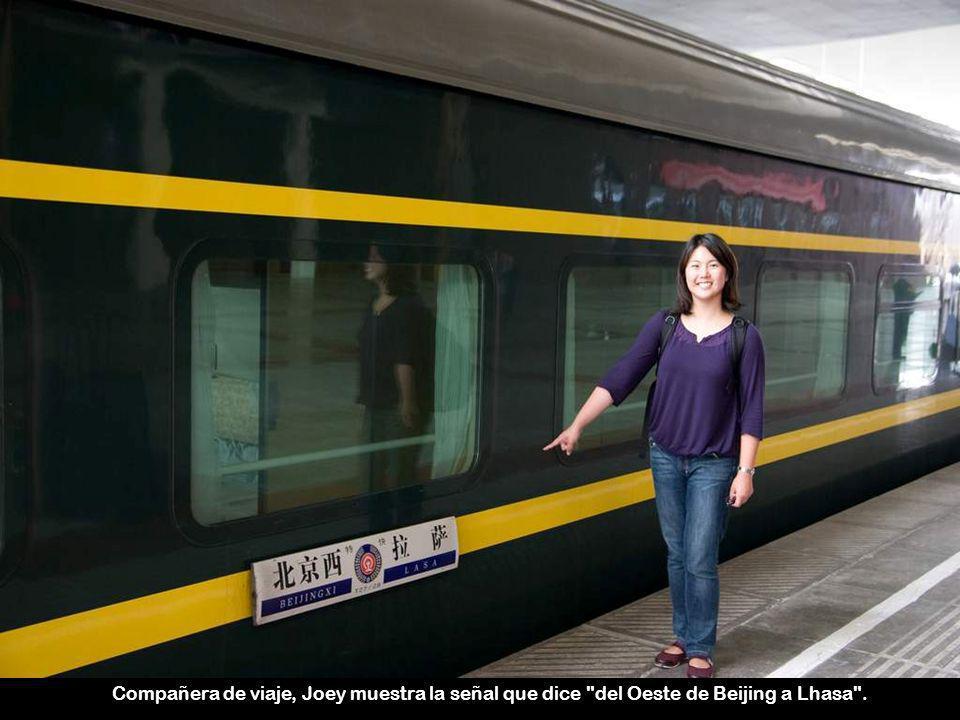 Compañera de viaje, Joey muestra la señal que dice del Oeste de Beijing a Lhasa .