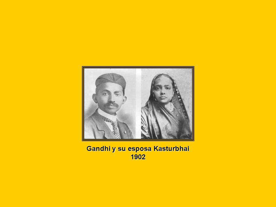 Gandhi y su esposa Kasturbhai