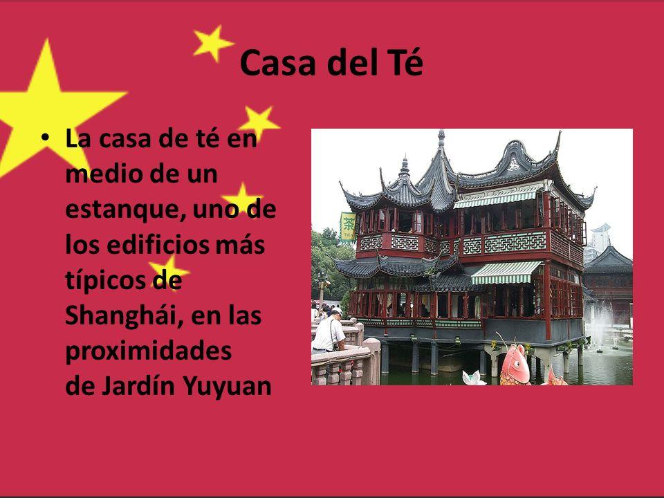 Casa del Té La casa de té en medio de un estanque, uno de los edificios más típicos de Shanghái, en las proximidades de Jardín Yuyuan.
