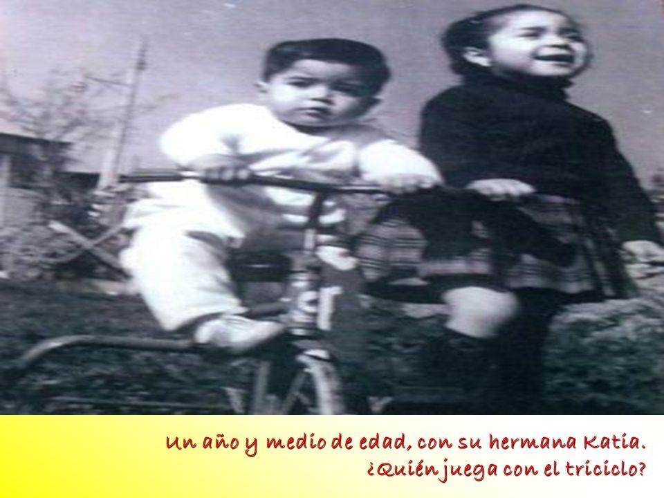 foto Un año y medio de edad, con su hermana Katia.