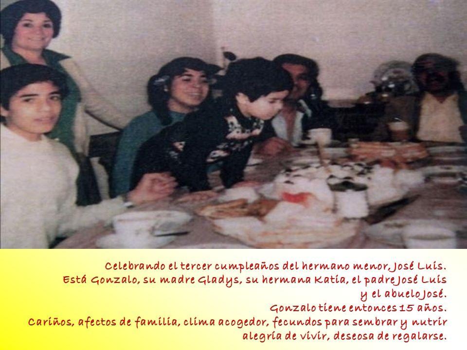 foto foto. Celebrando el tercer cumpleaños del hermano menor, José Luis. Está Gonzalo, su madre Gladys, su hermana Katia, el padre José Luis.