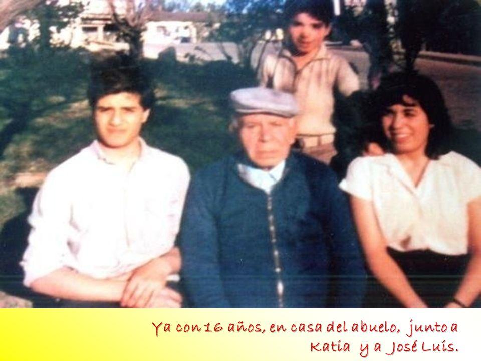 foto FOTO foto foto foto Ya con 16 años, en casa del abuelo, junto a
