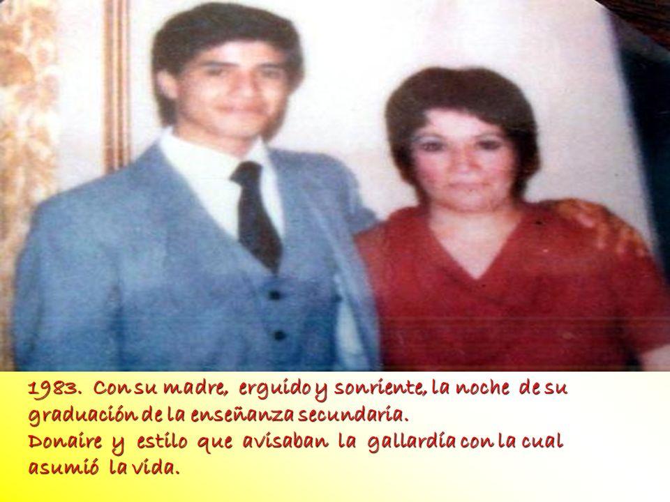 FOTO 1983. Con su madre, erguido y sonriente, la noche de su graduación de la enseñanza secundaria.