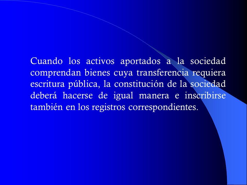 Cuando los activos aportados a la sociedad comprendan bienes cuya transferencia requiera escritura pública, la constitución de la sociedad deberá hacerse de igual manera e inscribirse también en los registros correspondientes.