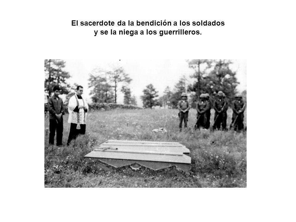 El sacerdote da la bendición a los soldados y se la niega a los guerrilleros.