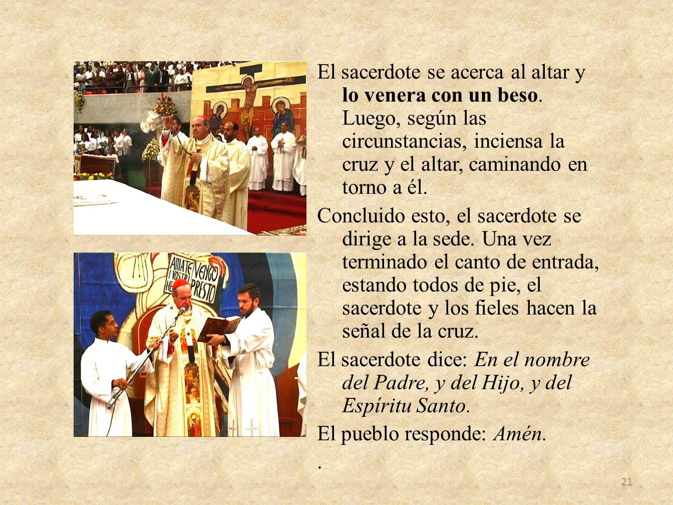 El sacerdote se acerca al altar y lo venera con un beso