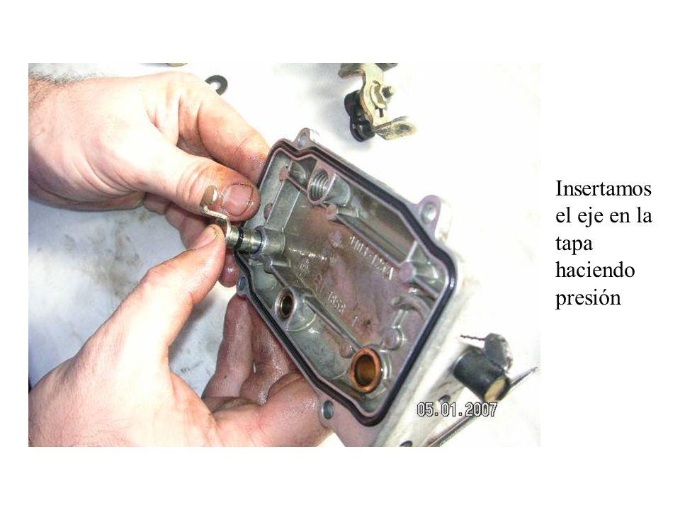 Insertamos el eje en la tapa haciendo presión