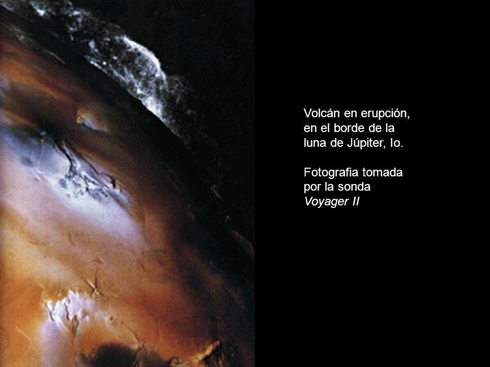 Volcán en erupción, en el borde de la luna de Júpiter, Io.