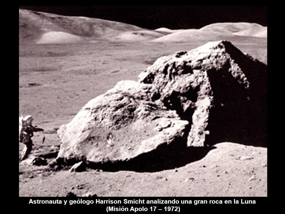 Astronauta y geólogo Harrison Smicht analizando una gran roca en la Luna