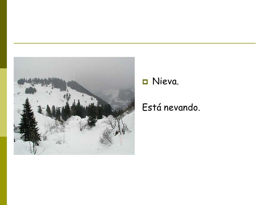 Nieva. Está nevando.
