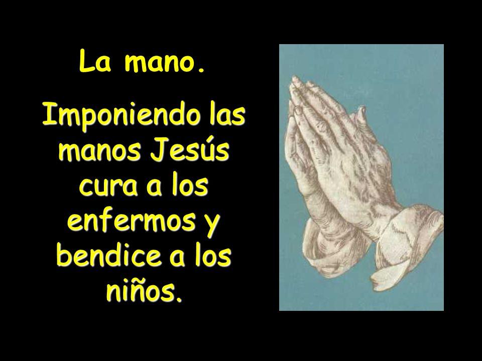 Imponiendo las manos Jesús cura a los enfermos y bendice a los niños.