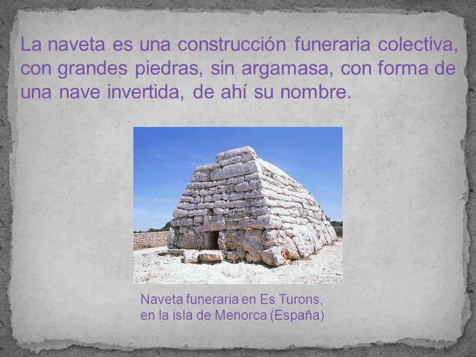 La naveta es una construcción funeraria colectiva, con grandes piedras, sin argamasa, con forma de una nave invertida, de ahí su nombre.