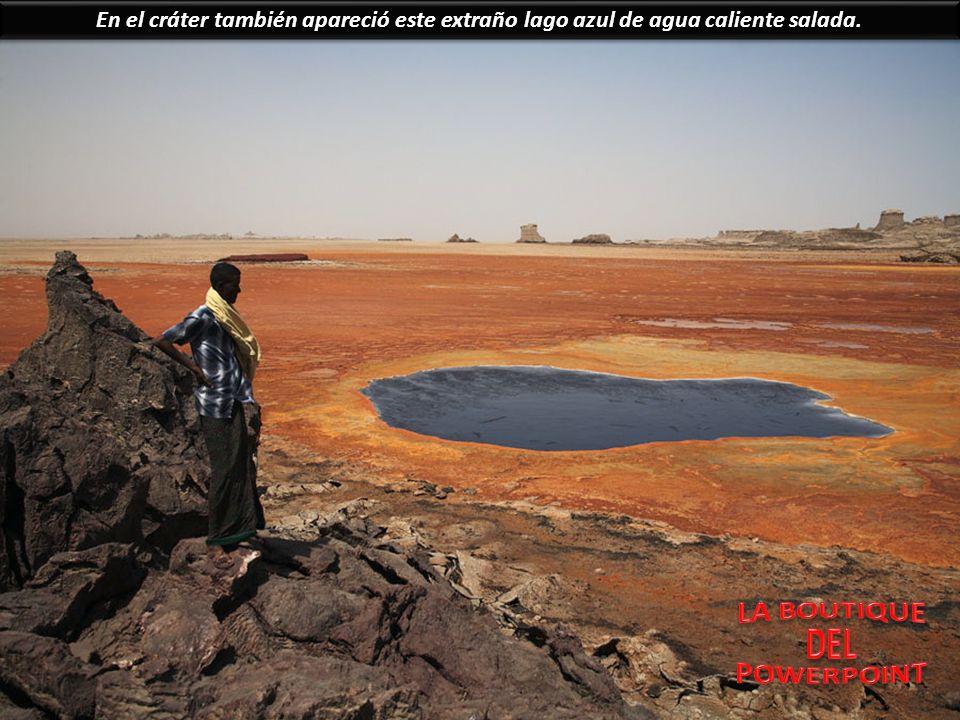 En el cráter también apareció este extraño lago azul de agua caliente salada.