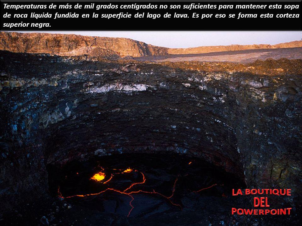 Temperaturas de más de mil grados centígrados no son suficientes para mantener esta sopa de roca líquida fundida en la superficie del lago de lava. Es por eso se forma esta corteza superior negra.