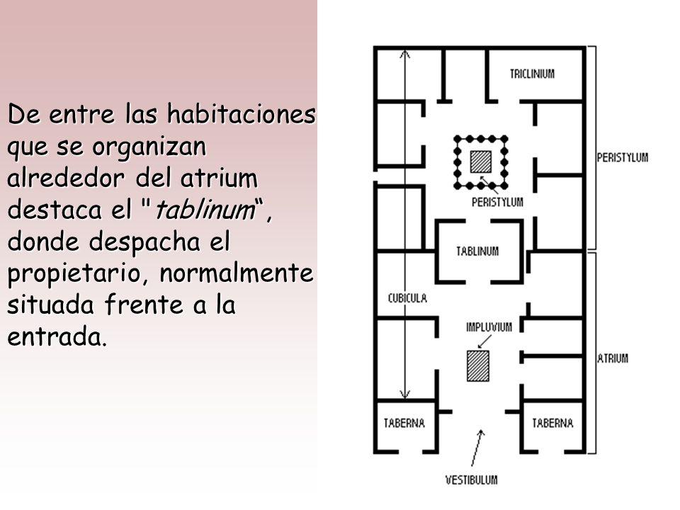 De entre las habitaciones que se organizan alrededor del atrium destaca el tablinum , donde despacha el propietario, normalmente situada frente a la entrada.