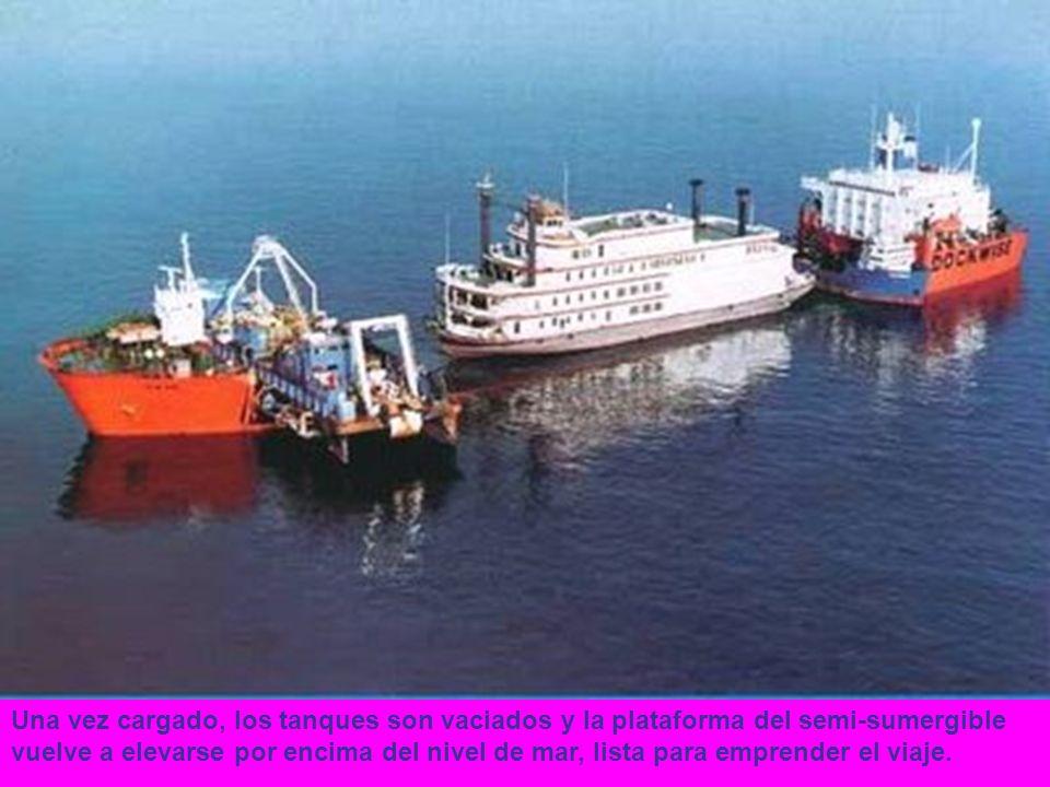 Una vez cargado, los tanques son vaciados y la plataforma del semi-sumergible vuelve a elevarse por encima del nivel de mar, lista para emprender el viaje.