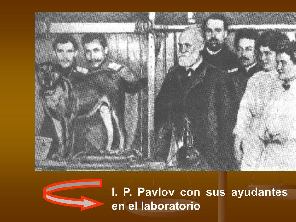 I. P. Pavlov con sus ayudantes en el laboratorio