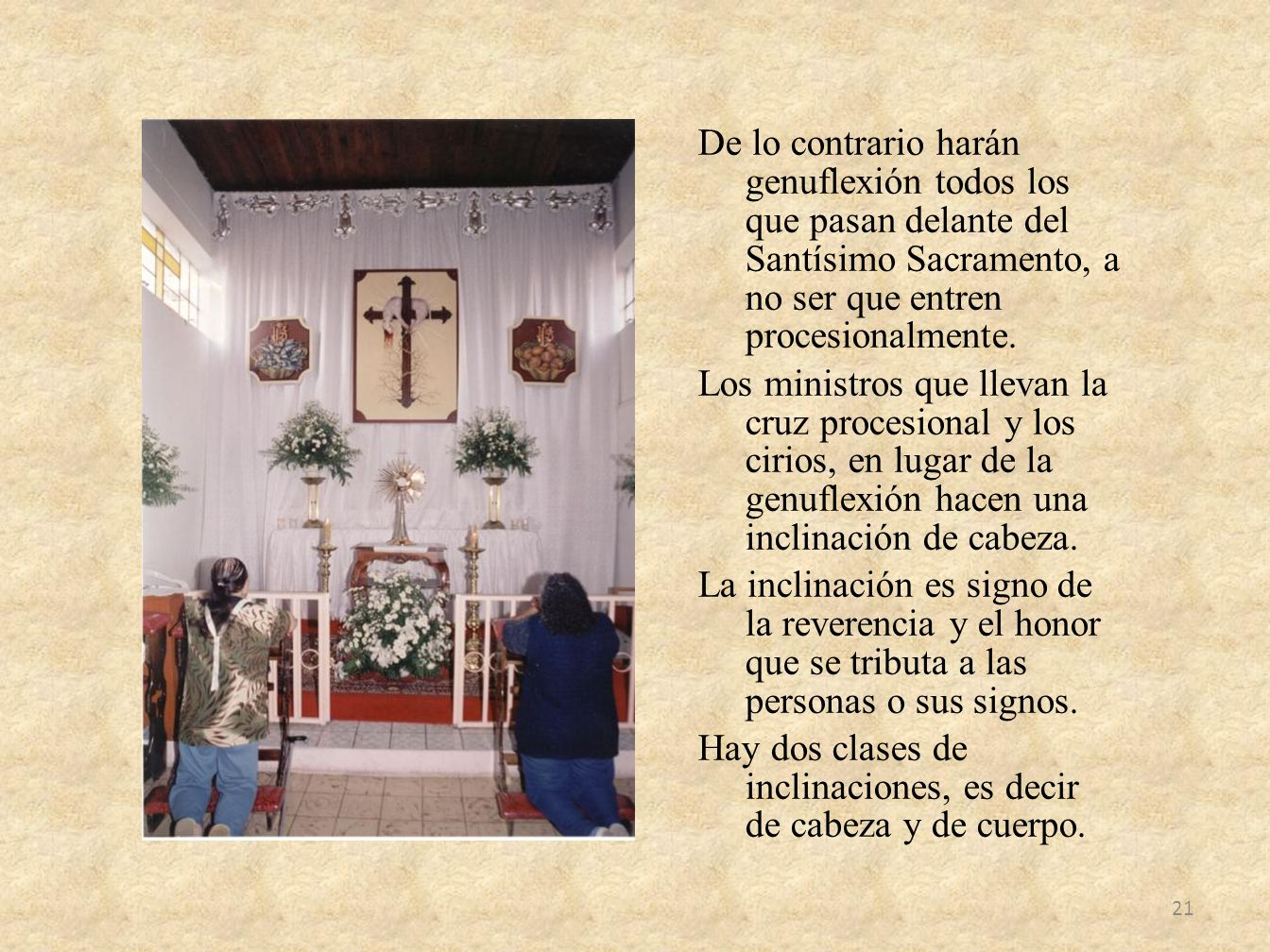 De lo contrario harán genuflexión todos los que pasan delante del Santísimo Sacramento, a no ser que entren procesionalmente.