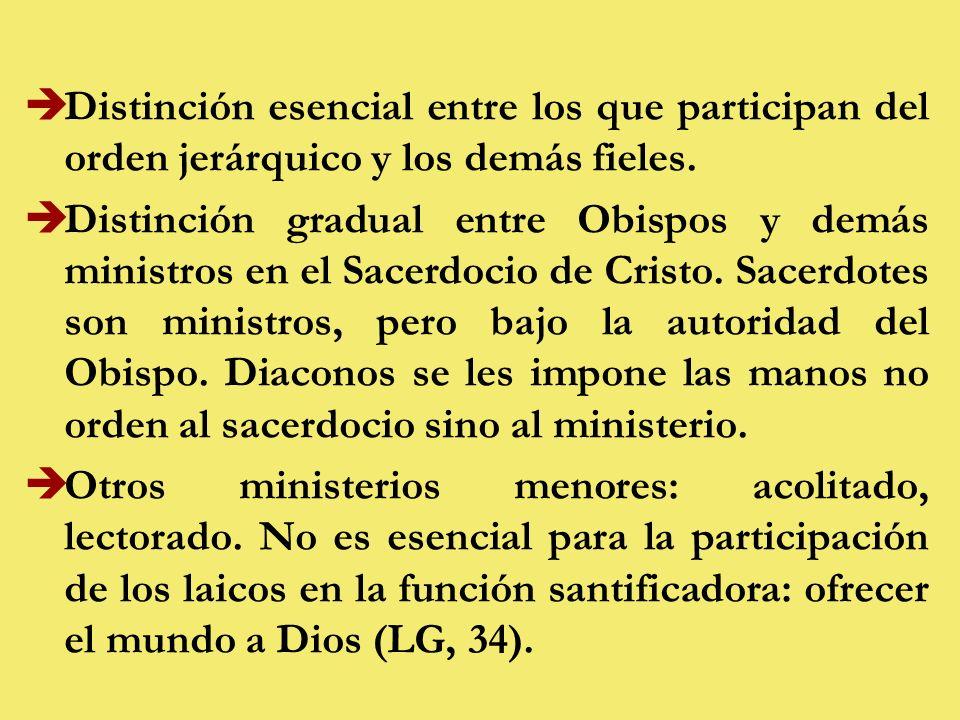 Distinción esencial entre los que participan del orden jerárquico y los demás fieles.