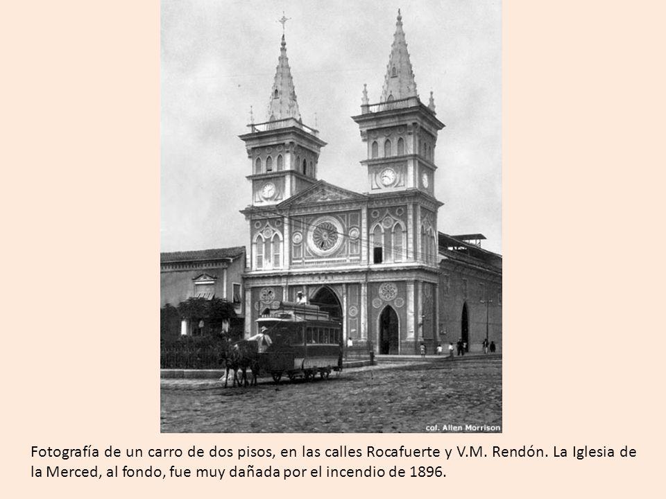 Fotografía de un carro de dos pisos, en las calles Rocafuerte y V. M