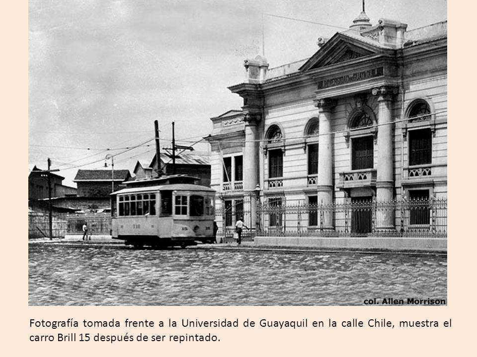 Fotografía tomada frente a la Universidad de Guayaquil en la calle Chile, muestra el carro Brill 15 después de ser repintado.