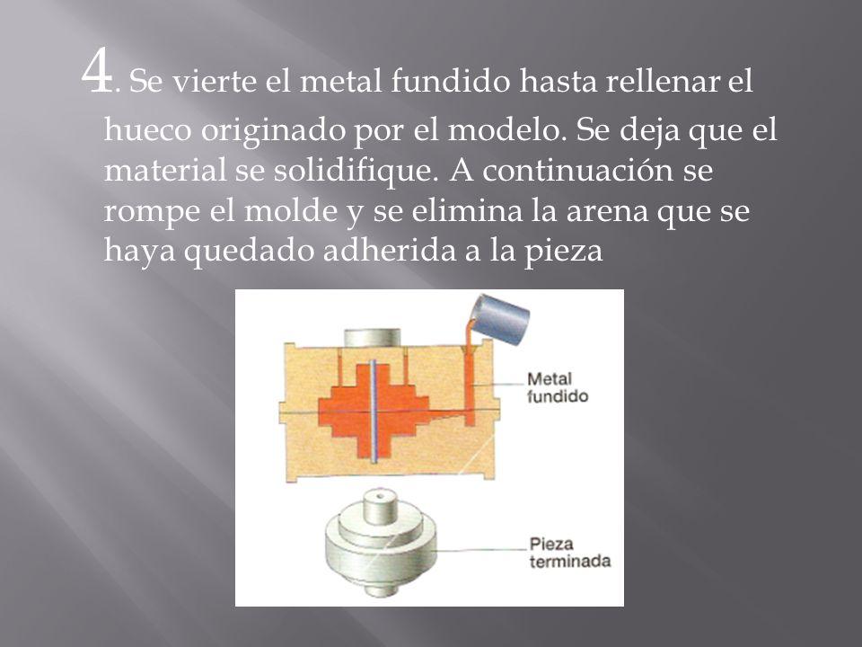 4. Se vierte el metal fundido hasta rellenar el hueco originado por el modelo.