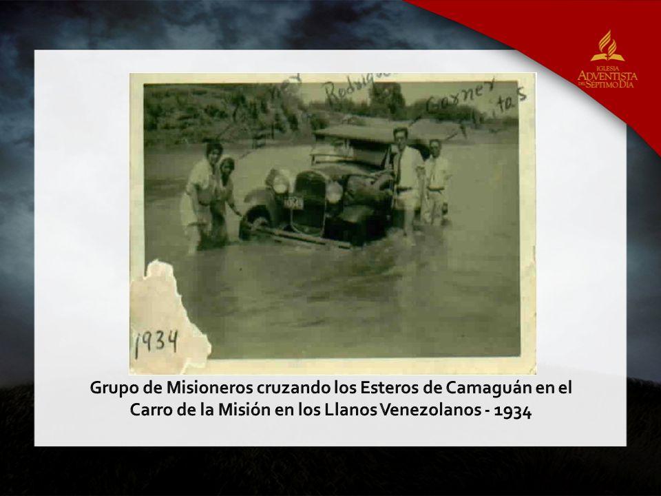 Grupo de Misioneros cruzando los Esteros de Camaguán en el Carro de la Misión en los Llanos Venezolanos - 1934