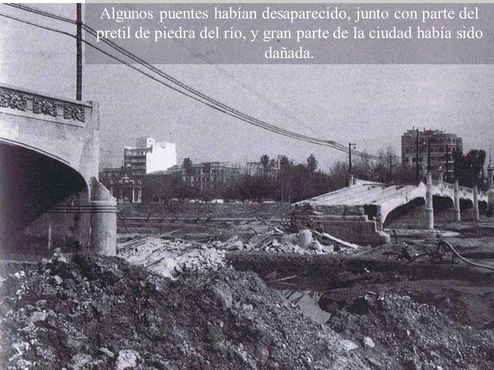 Algunos puentes habían desaparecido, junto con parte del pretil de piedra del río, y gran parte de la ciudad había sido dañada.