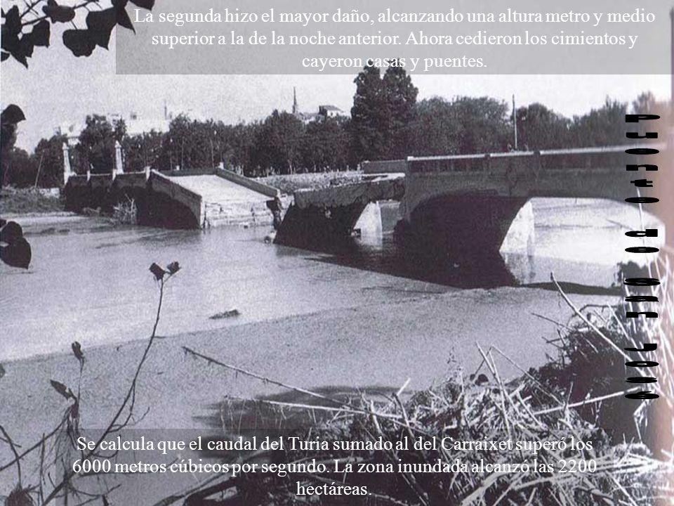 La segunda hizo el mayor daño, alcanzando una altura metro y medio superior a la de la noche anterior. Ahora cedieron los cimientos y cayeron casas y puentes.