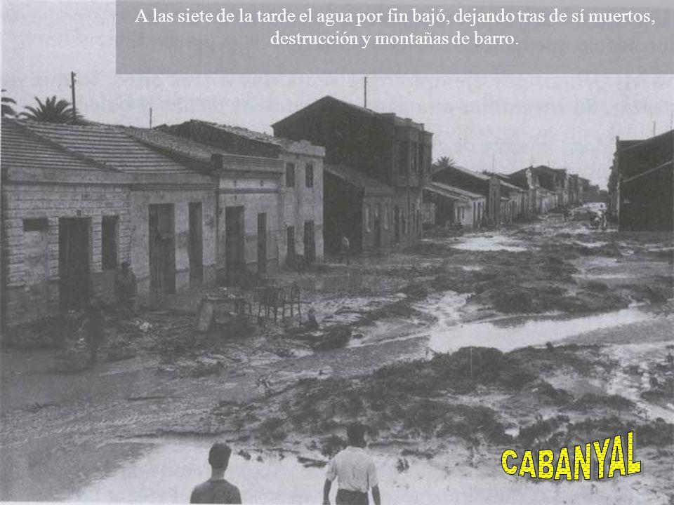 A las siete de la tarde el agua por fin bajó, dejando tras de sí muertos, destrucción y montañas de barro.