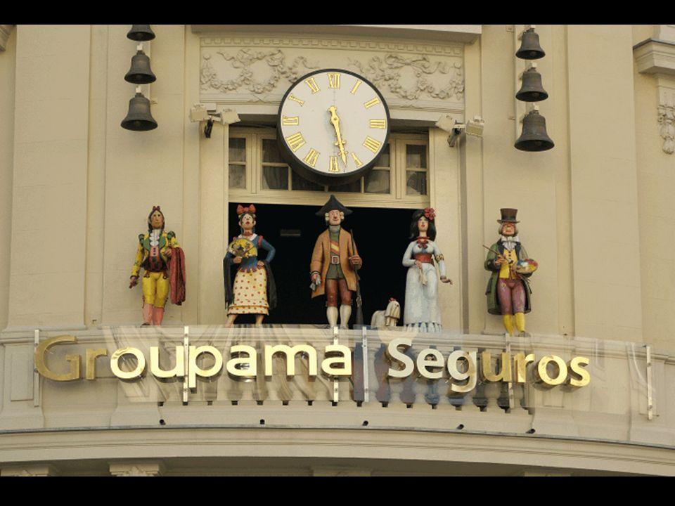 Dicho carillón fue inaugurado en 1993 y -aparte de su reloj, sus 18 campanas y músicas variadas- consta de cinco figuras creadas por el humorista Mingote: el torero Pedro Romero, una maja (vestida), Carlos III, la duquesa de Alba (la de los tiempos de Goya) con su perrito poodle, y Goya.