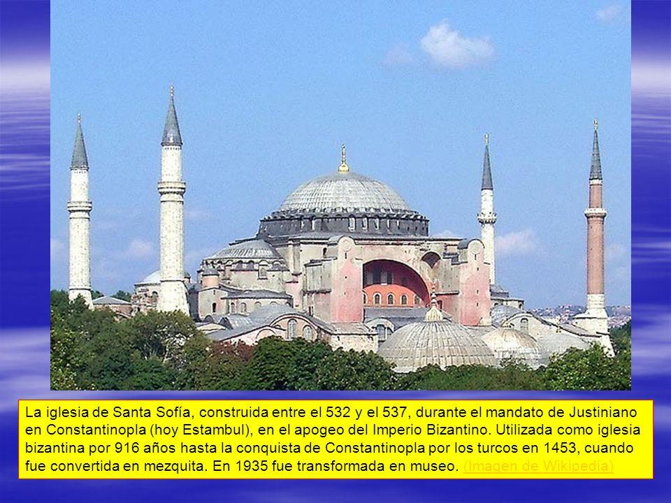 La iglesia de Santa Sofía, construida entre el 532 y el 537, durante el mandato de Justiniano en Constantinopla (hoy Estambul), en el apogeo del Imperio Bizantino.