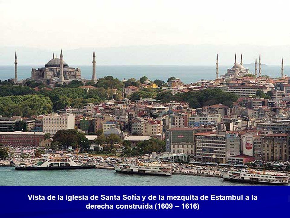 Vista de la iglesia de Santa Sofía y de la mezquita de Estambul a la derecha construida (1609 – 1616)