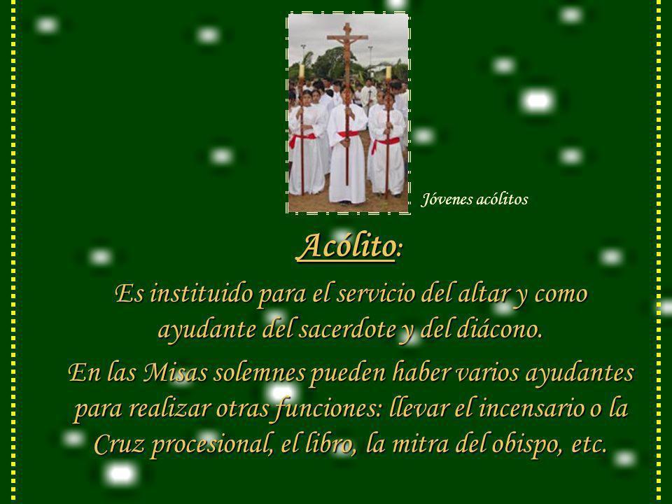 Jóvenes acólitosAcólito: Es instituido para el servicio del altar y como ayudante del sacerdote y del diácono.