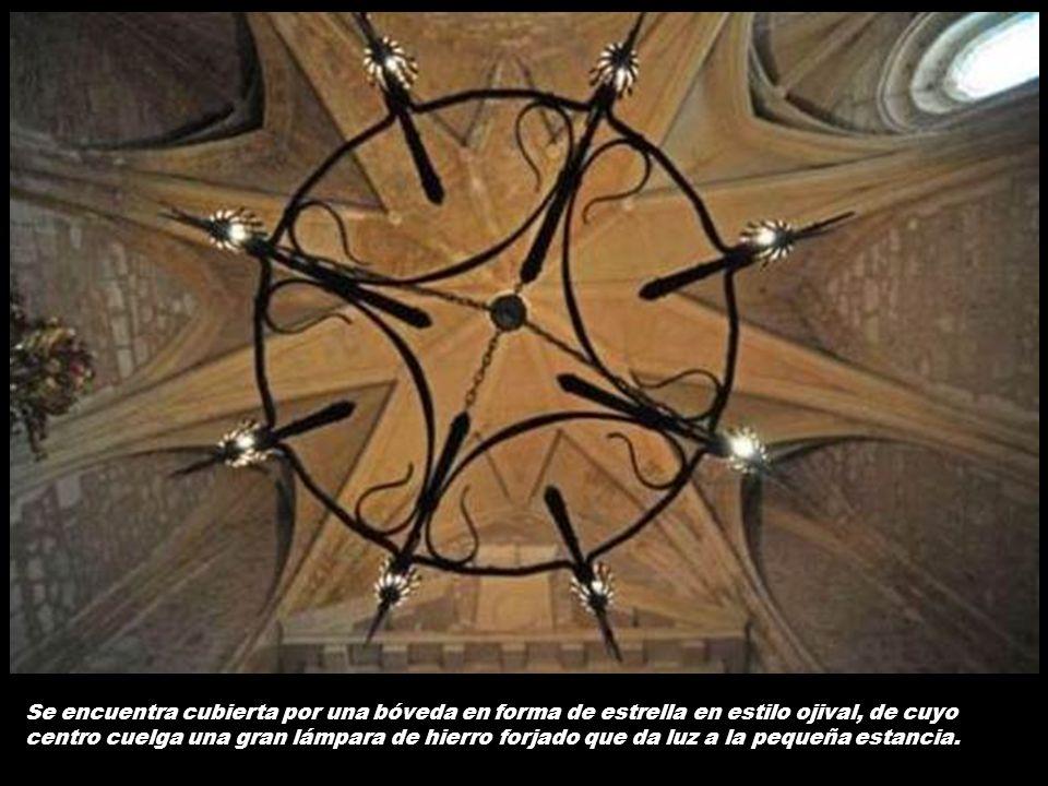 Se encuentra cubierta por una bóveda en forma de estrella en estilo ojival, de cuyo centro cuelga una gran lámpara de hierro forjado que da luz a la pequeña estancia.