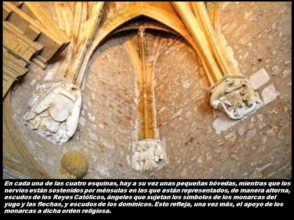 En cada una de las cuatro esquinas, hay a su vez unas pequeñas bóvedas, mientras que los nervios están sostenidos por ménsulas en las que están representados, de manera alterna, escudos de los Reyes Católicos, ángeles que sujetan los símbolos de los monarcas del yugo y las flechas, y escudos de los dominicos.